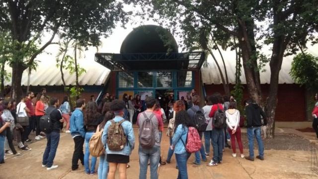 Acadêmicos durante a assembléia que ocorreu no bloco