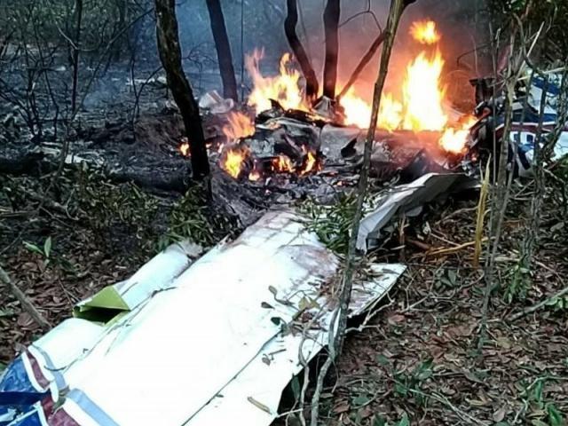 Aeronave caiu hoje pela manhã na Capital - Crédito: Campo Grande News (adsbygoogle = window.adsbygoogle || []).push({}); SAIBA MAIS CAMPO GRANDE Duas pessoas morrem após queda de avião