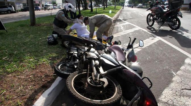Socorristas fazem atendimento a pessoa ferida no trânsito - Crédito: Foto: Divulgação
