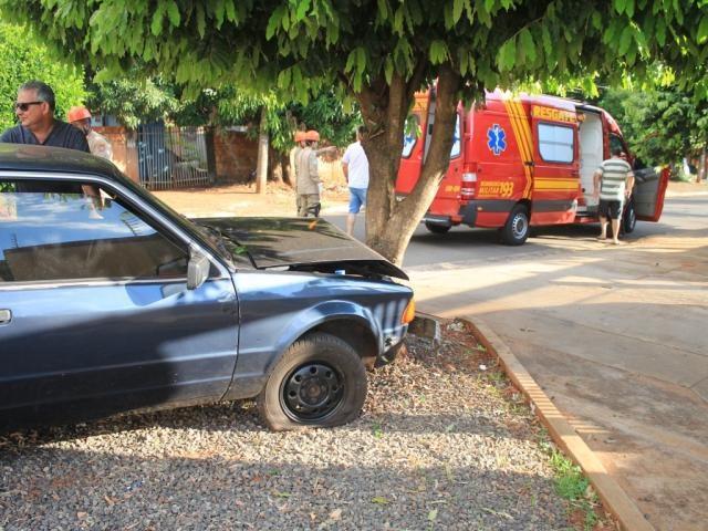 Carro com a frente danificada após colidir em árvore (Foto: Marina Pachecho)