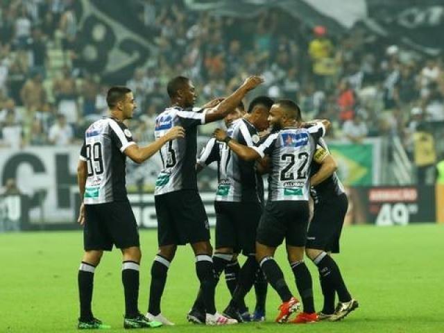 Jogadores durante comemoração na partida deste domingo (Foto: Camila Lima/Globo Esporte.com)