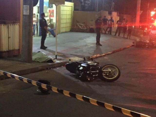Vítima morta sobre a calçada ao lado de sua motocicleta. - Crédito: (Jeferson Costa)