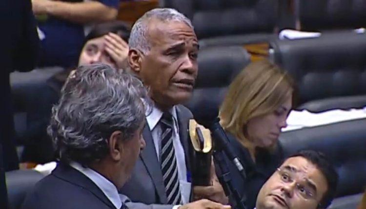 Deputado federal Pastor Sargento Isidório durante discurso, enquanto Fábio Trad acompanha atentamente. (Foto: TV Câmara / Reprodução)