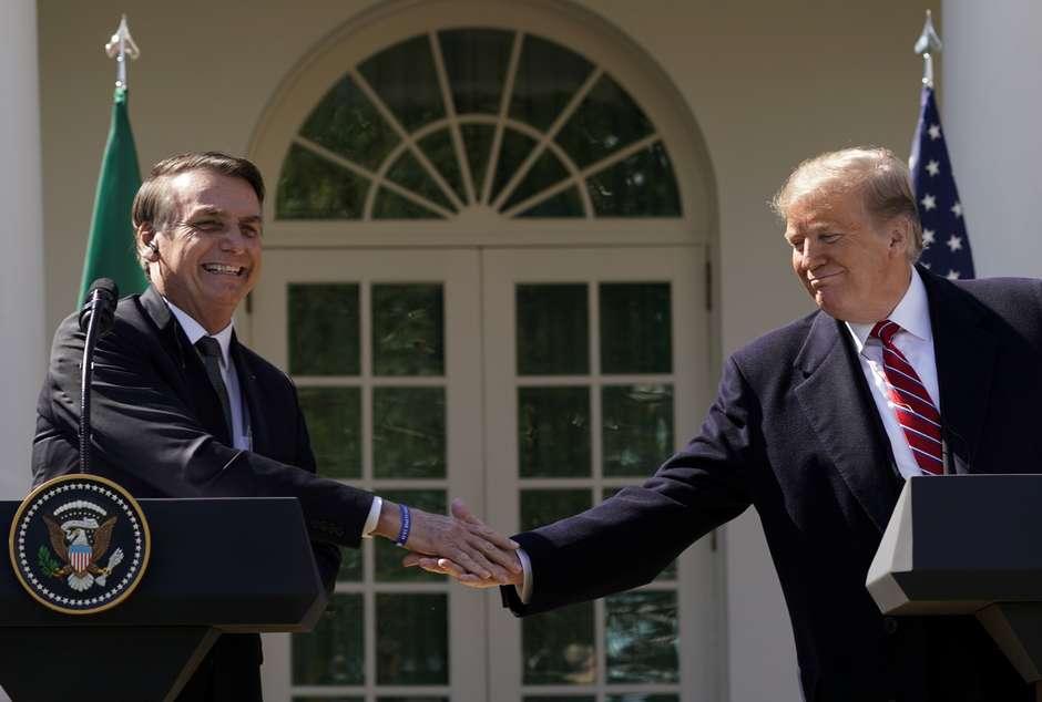 Jair Bolsonaro e Donald Trump se cumprimentam em visita do presidente brasileiro ao norte-americano 19/03/2019 REUTERS/Kevin Lamarque Foto: Reuters