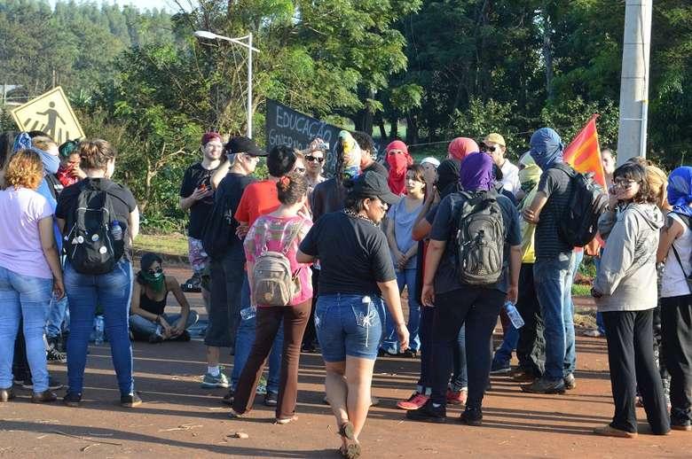 Foto: Vinicios Araújo/Dourados News (adsbygoogle = window.adsbygoogle    []).push({}); SAIBA MAIS DOURADOS Bloqueio continua, mas movimento não impediu tráfego na Guaicurus