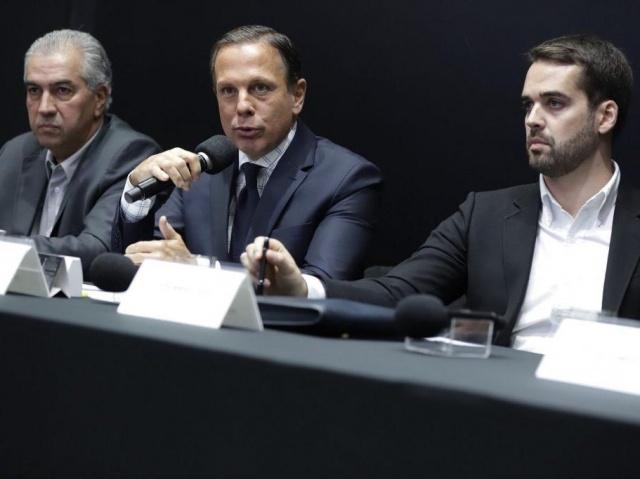 Da esquerda para a direita, Reinaldo, Doria e Eduardo Leite em coletiva de imprensa nesta segunda-feira (Foto: Governo de São Paulo/Divulgação)