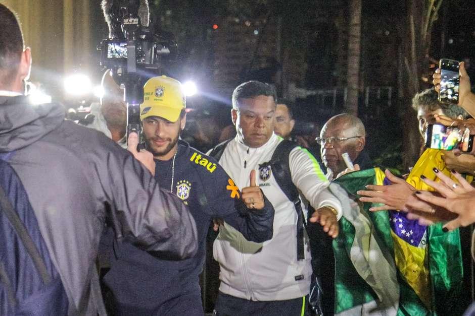 Neymar chega ao hotel em Brasília, no Distrito Federal (DF), onde a Seleção se concentra para a partida contra o Catar nesta quarta-feira (5) Foto: Luciano Claudino / Gazeta Press