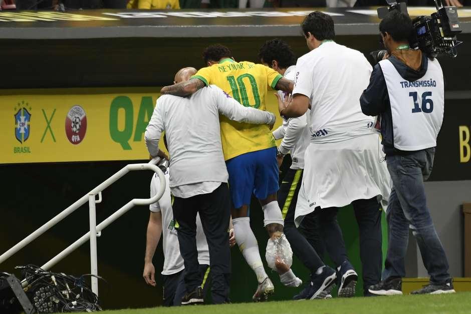 Neymar, do Brasil, deixa o campo com dores no tornozelo em partida amistosa contra o Catar, realizada no estádio Mané Garrincha, em Brasília, nesta quarta-feira, 05. Foto: MATEUS BONOMI/AGIF / Estadão Conteúdo