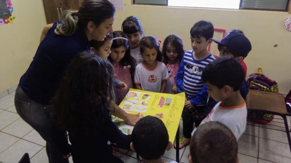 Nutricionista durante aula sobre educação alimentar