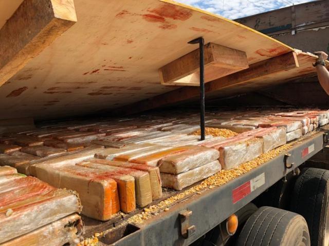 Droga estava embaixo da carga de milho - Crédito: (Divulgação/Polícia Federal)