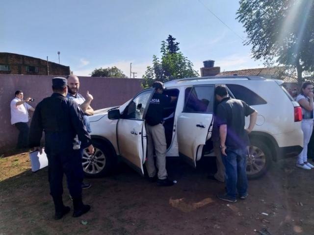 Policiais ao lado do carro do médico executado nesta tarde em Pedro Juan Caballero (Foto: Candido Figueredo/ABC Color)