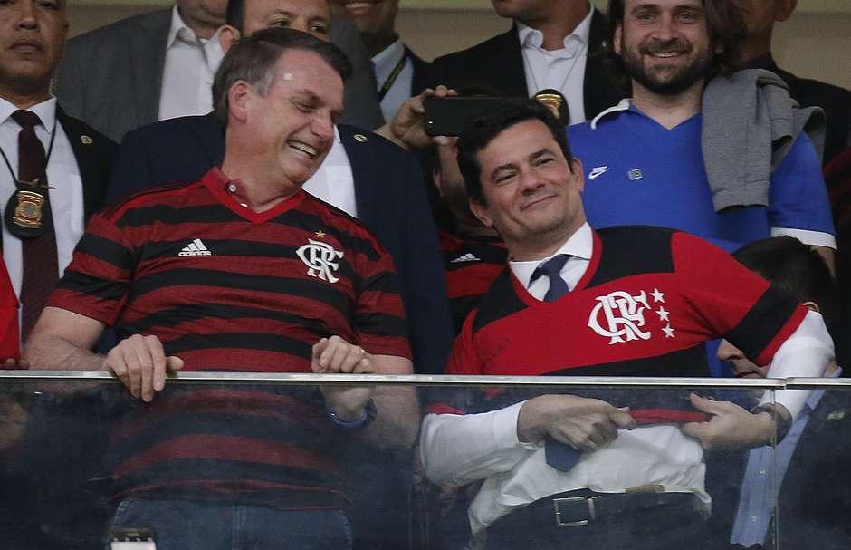 O presidente Jair Messias Bolsonaro, ao lado do ministro da Justiça, Sérgio Moro, nos camarotes do estádio Mané Garrincha, em Brasília antes do início da partida entre CSA x Flamengo, válida pela 9ª rodada do Brasileirão na noite desta quarta-feira. Foto: