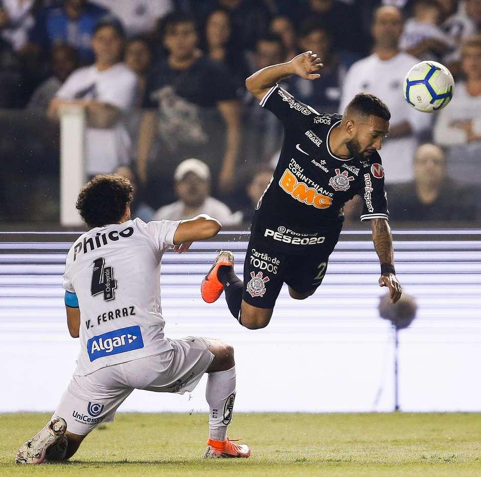 Vitor Ferraz do Santos disputa bola com Clayson do Corinthians. Foto: MARCELO MACHADO DE MELO/FOTOARENA / Estadão