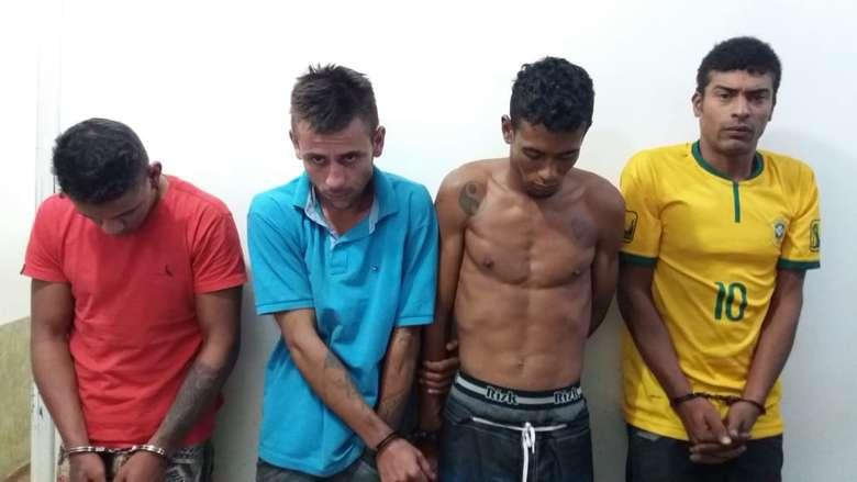 Grupo está detido no 1° DP de Dourados - Crédito: Osvaldo Duarte/Dourados News (adsbygoogle = window.adsbygoogle || []).push({}); SAIBA MAIS ITAPORÃ Homem tenta se esconder em banheiro, mas é morto por dupla armada na frente da mãe