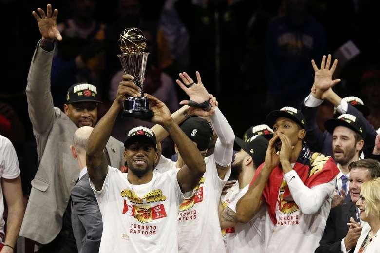 MVP da final, Kawhi Leonard levanta o troféu de campeão - Crédito: Lachlan Cunningham/Getty Images
