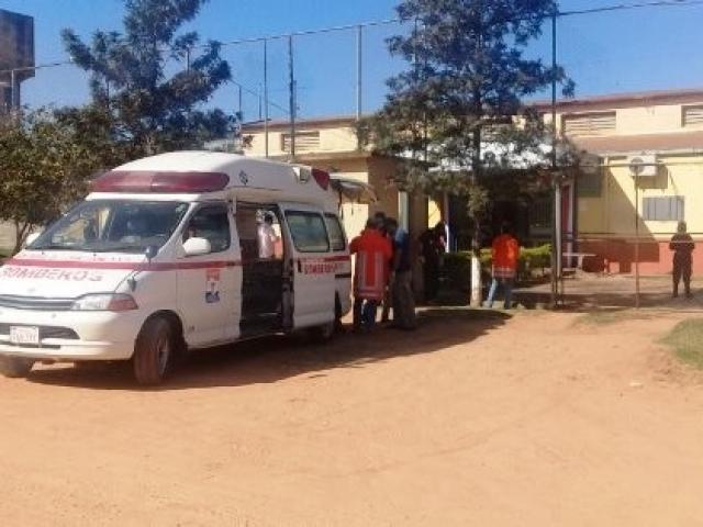 Ambulância em frente a presídio onde motim aconteceu - Crédito: (Porã News)