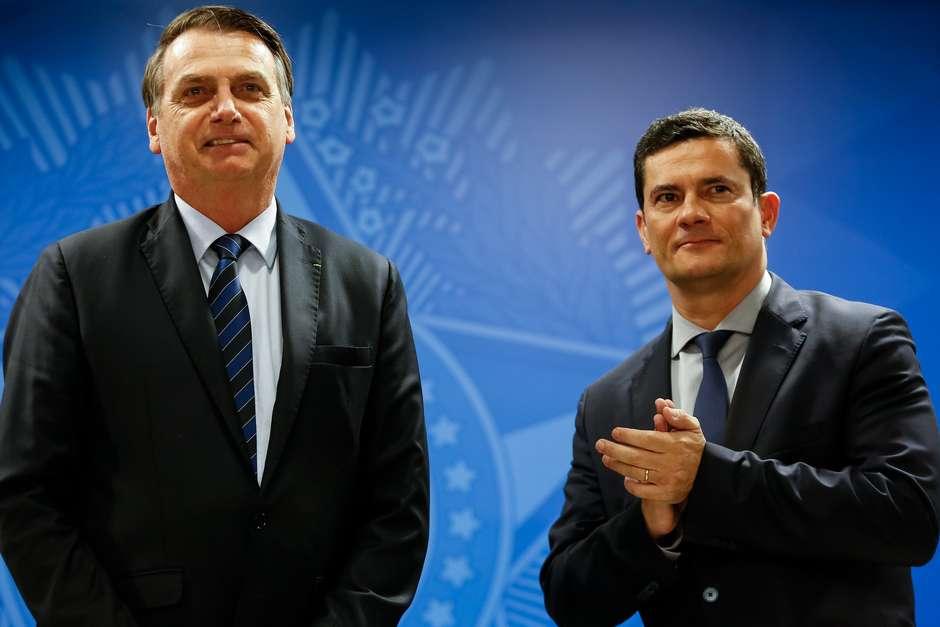 Presidente da República, Jair Bolsonaro, e o Ministro de Estado da Segurança Pública, Sérgio Moro, durante solenidade de assinatura da MP para Confisco de Bens de Traficantes. Foto: Carolina Antunes / PR