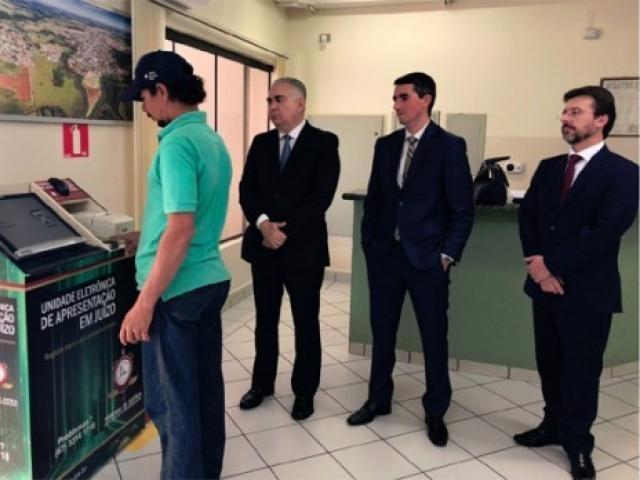 Sistema que colhe digital de condenado foi implementado nesta quinta-feira em Costa Rica (Foto: TJMS)