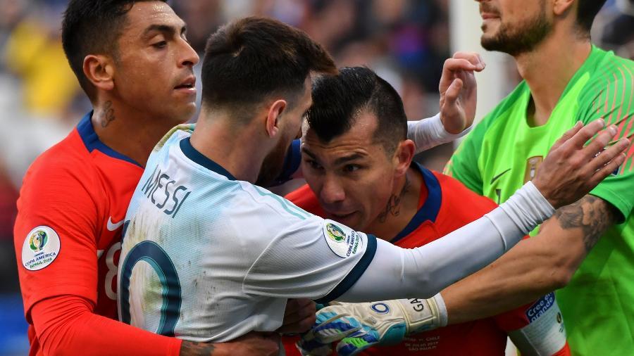 Lionel Messi, da Argentina, se envolve em confusão com Gary Medel, do Chile, na disputa pelo terceiro lugar da Copa AméricaImagem: Nelson Almeida/AFP
