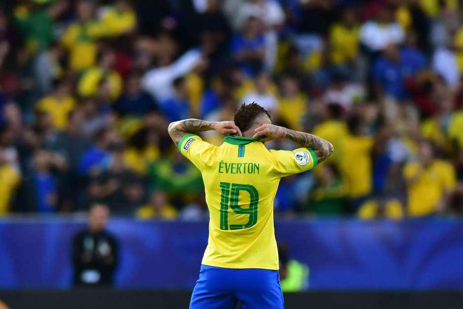 O jogador Éverton do Brasil, durante comemoração do gol em partida contra a seleção do Peru. Foto: Eduardo Carmim / Agência O Dia / Estadão