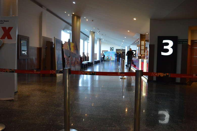 Cinema foi isolado para análises policiais, após assassinato nesta tarde Foto: Gizele Almeida