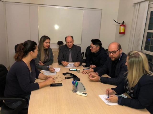 Representantes dos sindicatos durante reunião com a defesa, a cargo do escritório do ex-presidente da Assembleia Legislativa, Osvaldo Mochi Junior. (Foto: Divulgação)