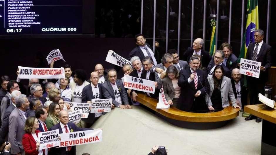 Deputados da oposição levaram faixas contra a reforma Foto: Câmara dos Deputados / BBC News Brasil