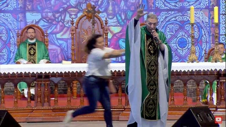 Mulher empurrou padre durante missa na Canção Nova - Crédito: Reprodução