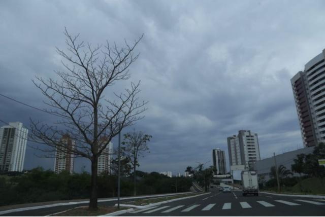 Tempo fechou em Campo Grande no início da tarde desta segunda-feira. (Foto: Kisie Ainoã)