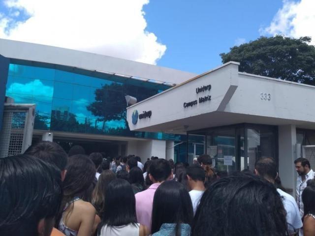 Chegada de candidatos à Uniderp, um dos locais de provas do Enem de 2018 (Foto: Danielle Valentim)