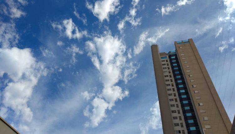 Céu com poucas nuvens no começo da tarde deste domingo, em Campo Grande. (Foto: Mayara Bueno/Jornal Midiamax).