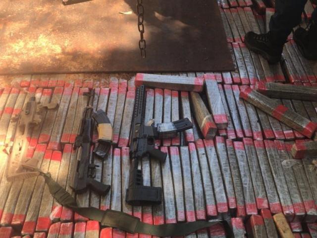 Fuzis, adaptador para pistola e tabletes de maconha encontrados em fundo falso de caminhão (Foto: Divulgação)
