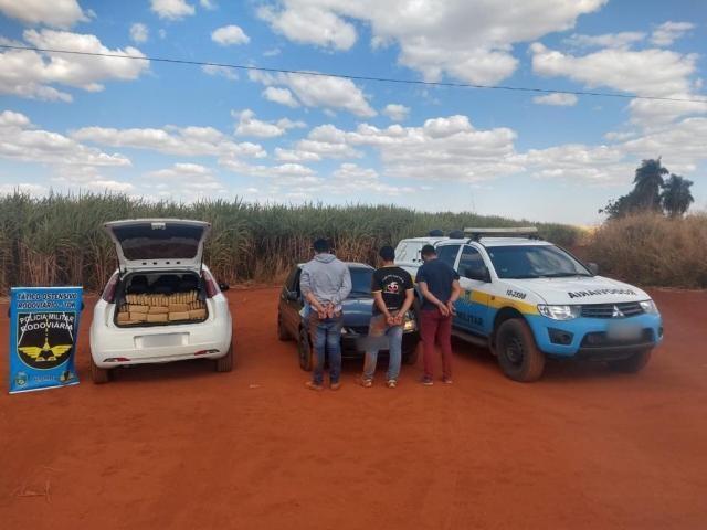Traficantes junto aos veículos apreendidos na abordagem. - Crédito: (Divulgação/PMR)