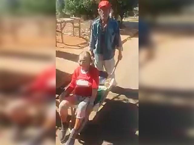 Idoso improvisou transporte para a mulher ir a posto de saúde aferir pressão. (Foto: Reprodução vídeo)