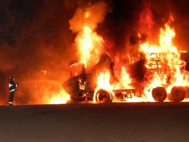 Bombeiro durante combate as chamas que consumiram carreta. (Foto: Acácio Gomes / Nova News)