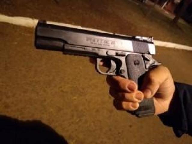 Pistola de brinquedo usada pelo adolescente morto por guardas municipais, em Dourados. (Foto: Adilson Domingos)