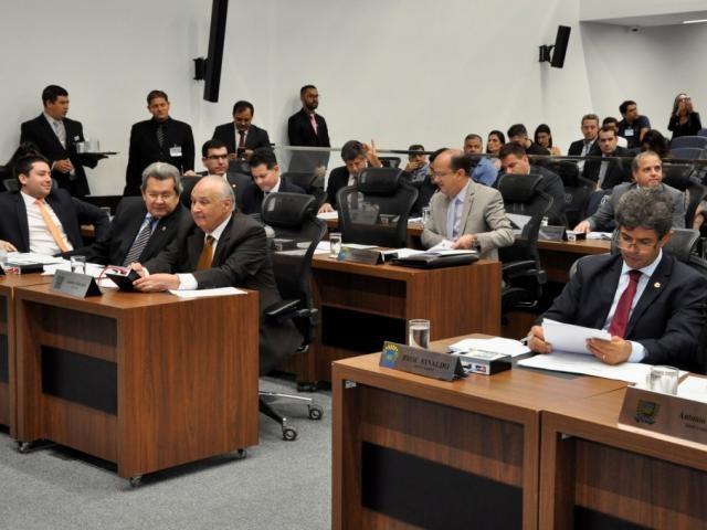 Deputados estaduais durante sessão, na Assembleia (Foto: Luciana Nassar/ALMS)
