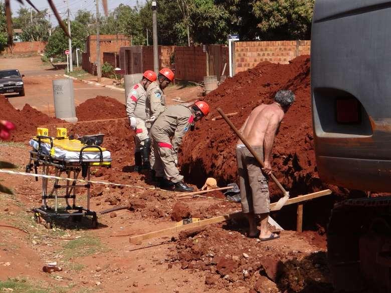 Homem ficou parcialmente soterrado - Crédito: Rodrigo Rodrigues/Nova Alvorada News