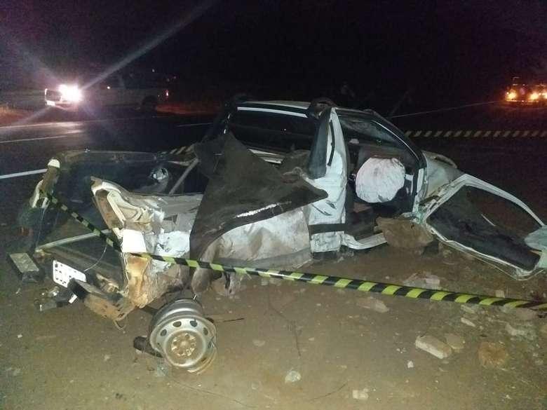 O carro ficou completamente destruído - Crédito: Ligado na Redação