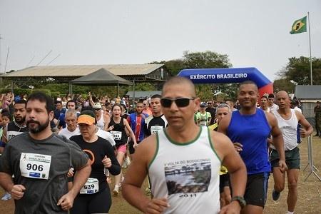 Atletas fizeram doação de alimento para participar da corrida (Foto: Divulgação/CMO)