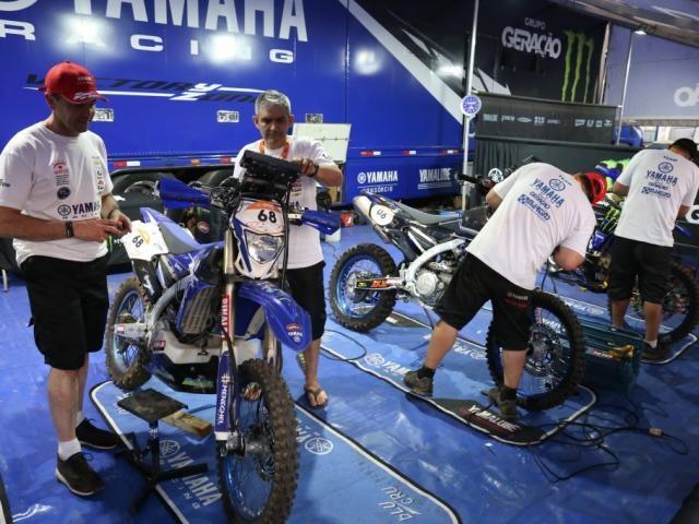 Motos da Yamaha passam por ajustes na estrutura montada atrás da Feira Central (Foto: Paulo Francis)