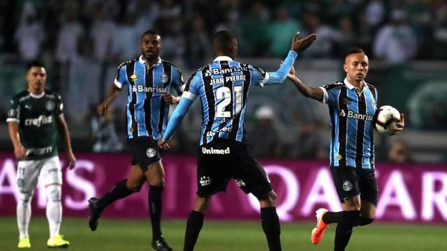 Jogadores do Grêmio comemoram o gol no Pacaembu (Foto: EFE/ Fernando Bizerra Jr.)