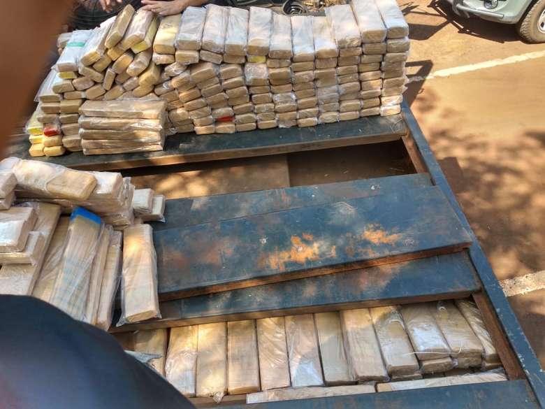Veículo transportava mais de 700 quilos de maconha - Crédito: Divulgação/PM