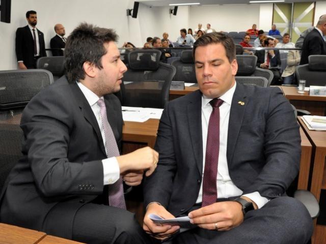 Deputado João Henrique Catan (PL), autor do projeto, ao lado de Renan Contar (PSL), durante sessão (Foto: Luciana Nassar/ALMS)