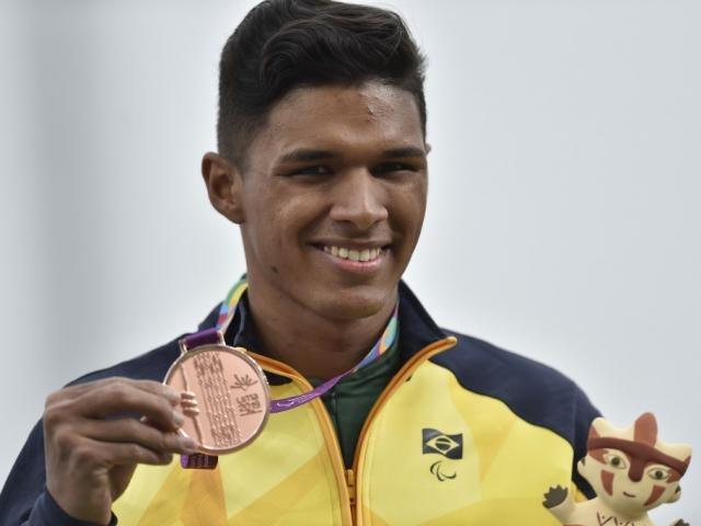Davi Wilker, de Campo Grande, exibe medalha de bronze conquistada em Lima (Foto: Douglas Magno/CPB)