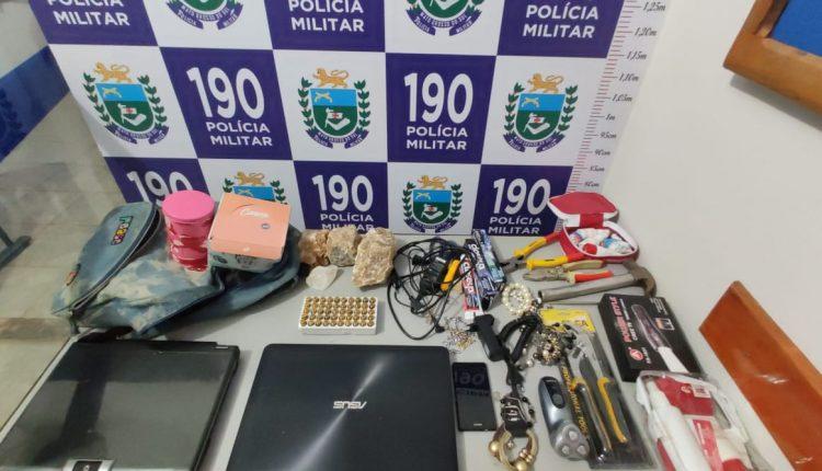 Alguns dos objetos recuperados pela PM com os suspeitos. Foto: Divulgação