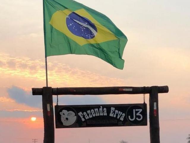 Fazenda em Maracaju agora tem bandeira na placa que identifica a propriedade. (Foto: Arquivo pessoal)