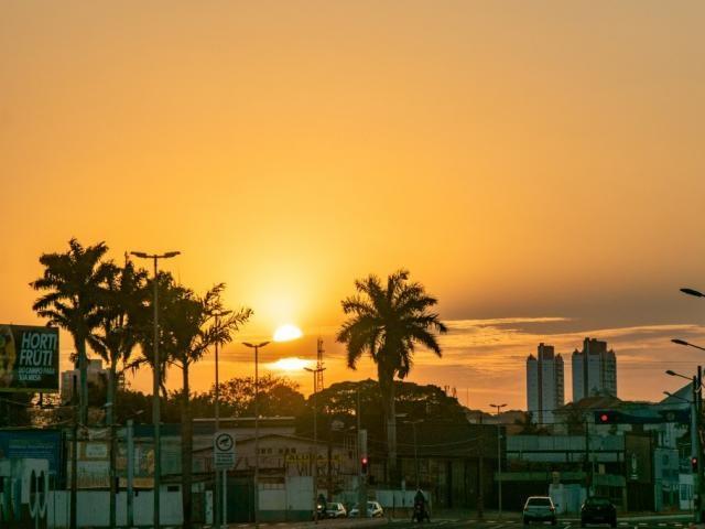 Sol coloriu o céu da Capital na manhã desta sexta-feira (Foto: Henrique Kawaminami)