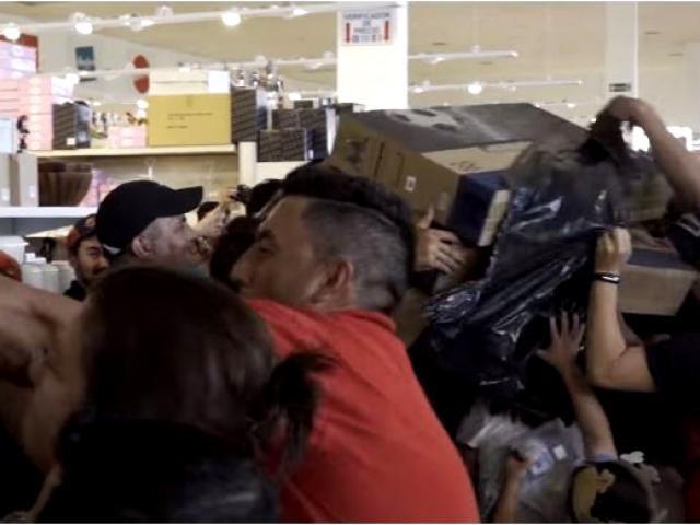 Clientes brigam por TV em vídeo feito durante promoção na Black Friday em Pedro Juan Caballero, na fronteira com Ponta Porã (Divulgação)