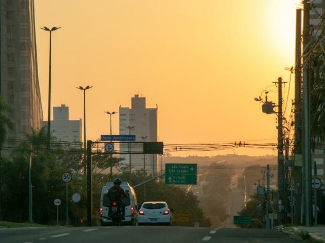 Amanhecer na Avenida Afonso Pena, em Campo Grande. (Foto: Henrique Kawaminami)